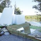 kuca na jezeru skulptura u prirodi 4